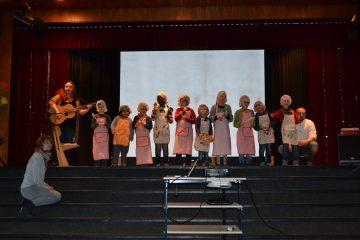 Die Gretas auf der Bühne